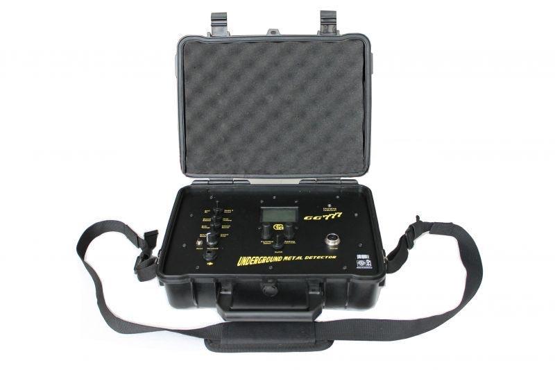 四、产品安装: 打开包装抗压箱,里有8大部分组件:主机箱、探测盘、组合探测杆、充电器、耳机、手托、固定螺丝和螺丝刀及操作指南。组装本探测器很容易,不需要特殊工具。只要按照下列步骤进行: 1、取出探测盘和组合探测杆连接并上螺丝刀固定手托,完成探测盘系统的安装。 2、取出主机箱,主机一体机无需安装内置高能锂电池,将探测盘的通电连接线接在主机外侧。 3、将随机配送耳机连接在主机上,此时完成整套设备的安装。 五、简单操作及主机面板功能介绍: 1、操作方法介绍:On/Off为电源开关,中间位置Function Se